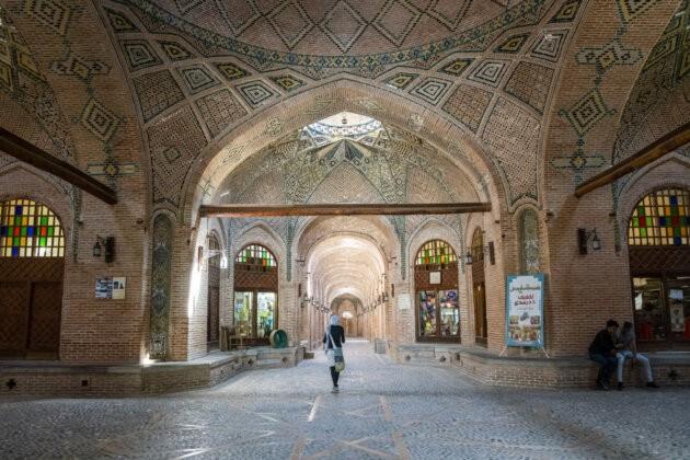 divka kracejici chodbou caravanseraie v kazvinu ozdobeny strop i zdi