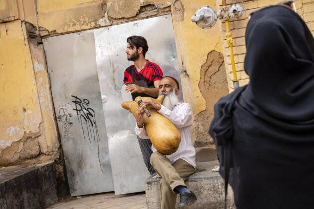 poulicni muzikant s tradicnim nastrojem v armenske ctvrti isfahanu