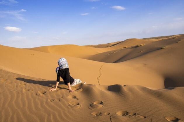divka sedici na dune v pousti