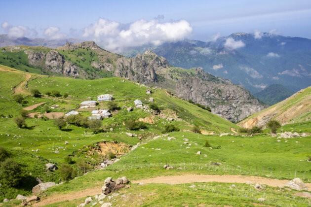 domecky skaly a hluboka udoli v zelenych horach
