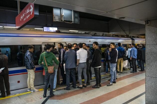 dav lidi pred dvermi vagonu teheranskeho metra