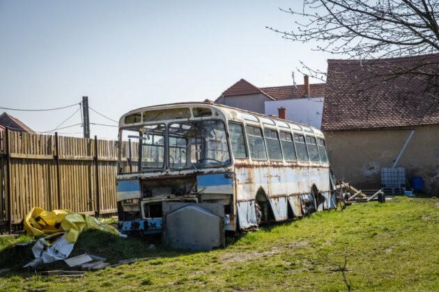 polorozpadly stary autobus na zahrade