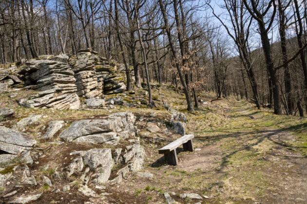 lavicka a skalka cestou do Vranova v podyji