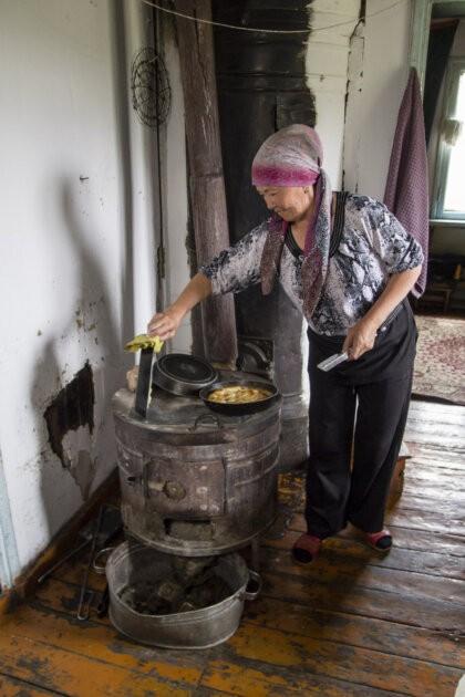 06 Zena Pece Chleba Kyrgyzstan