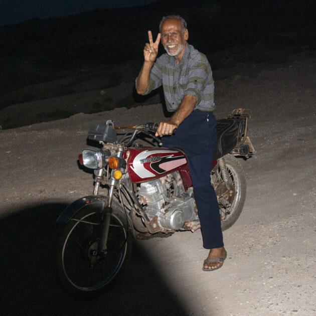 írán usměvavý motorkář