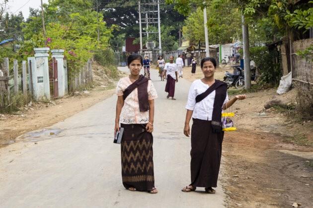 starsi barmske damy v tradicnim odevu pro oslavu buddhistickeho noveho roku jdouci na modlitbu