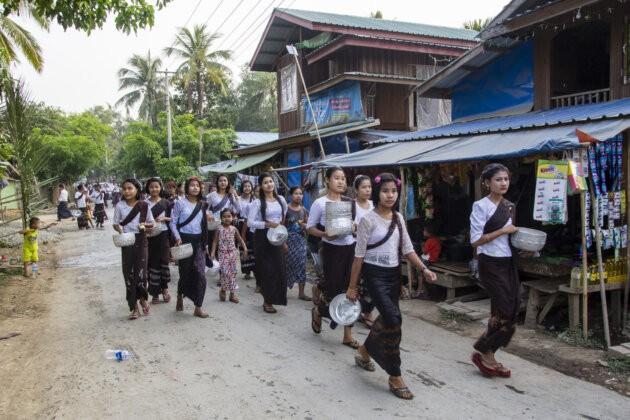 zmacene barmske divky slavici Songkran Vodni Festival v myanmaru