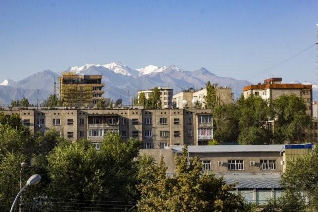 vrcholky hor ala archa za panelaky v biskeku