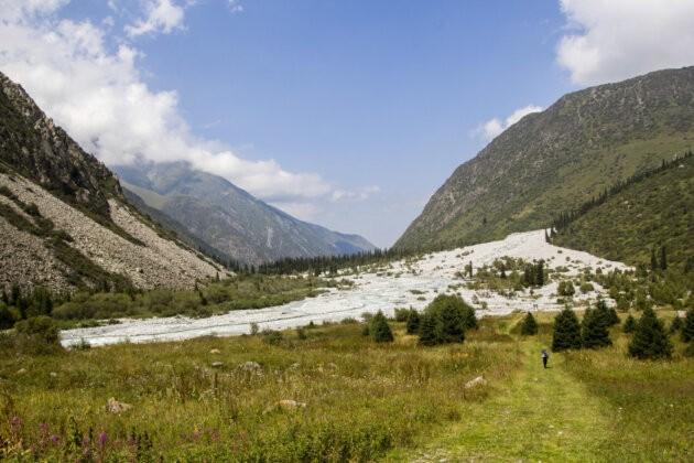 divka kracejiic udolim a soutok rek v Ala Archa Kyrgyzstan