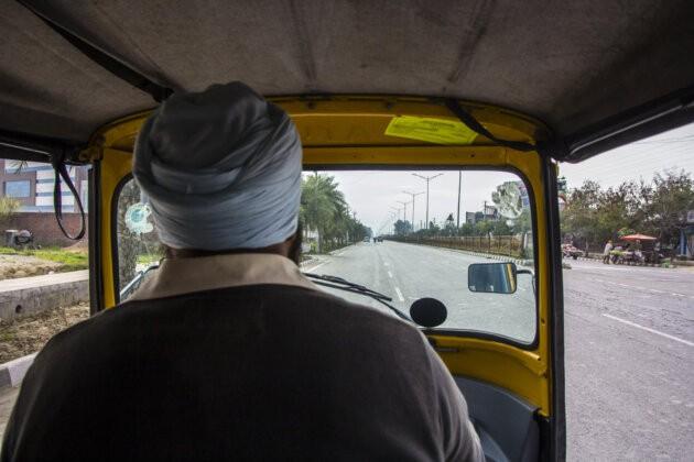 vyhled na cestu z letiste z tuktuku muz v turbanu