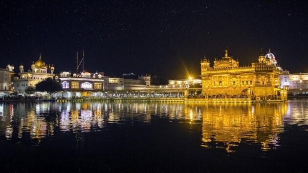 rozzareny Zlaty Chram v amritsaru v noci