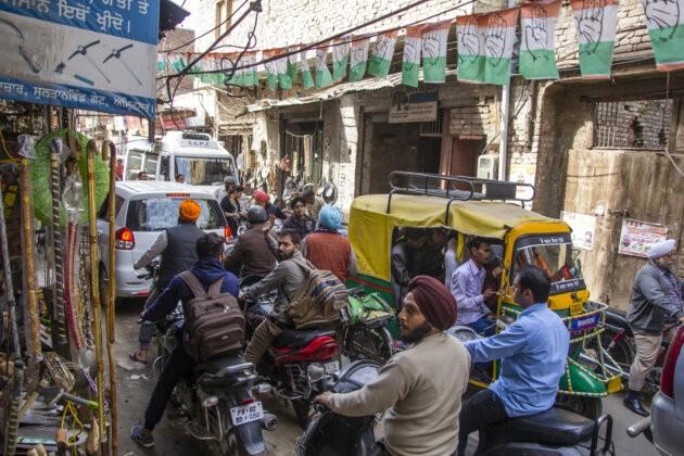 chaos indicke ulice lidi tuktuky i auta