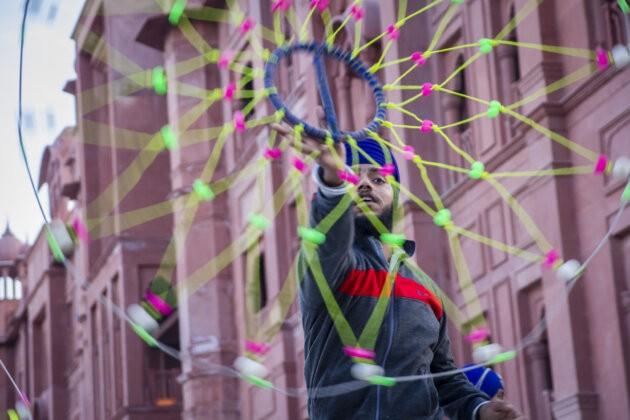 Sikhsky muz pri kulturnim predstaveni necim toci
