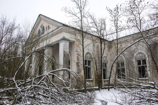 zarostly dum v zakazane radioaktivni zone okolo cernobylu na ukrajine