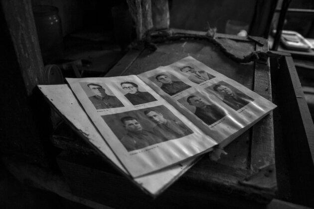 kniha se starymi fotografiemi v dome u cernobylu