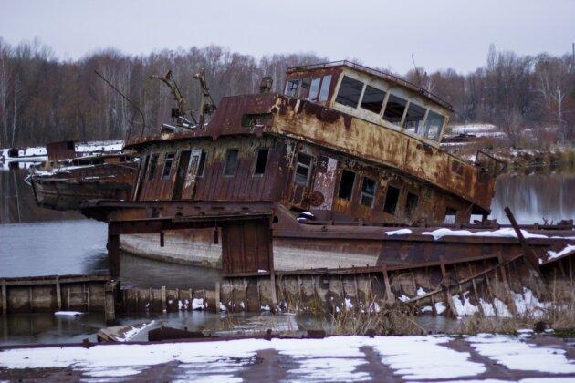 zrezavela lod v pristavisti u reky pripjat
