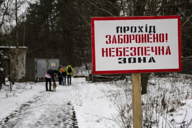 ukrajinska cedule se zakazem vstupu v cernobylske radioaktivni zone u radaru duga