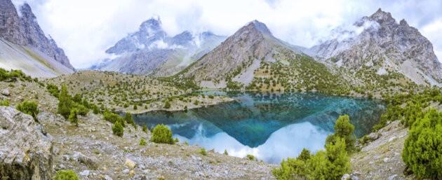 tyrkysova hladina jezera Alaudin fanske hory a kopce okolo