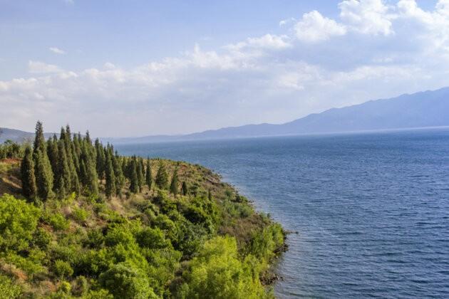 zelen a mdora hladina jezera Fuxian v cine