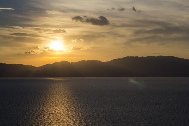 zapad slunce nad jezerem Fuxian