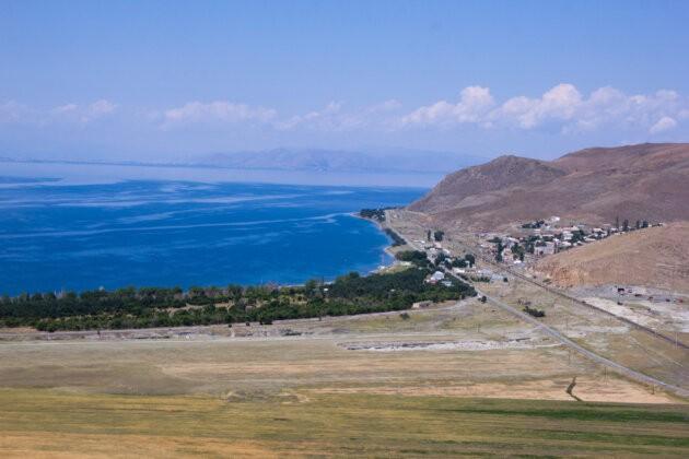 vyhled na jezero sevan a armenskou vesnici Shorzhu