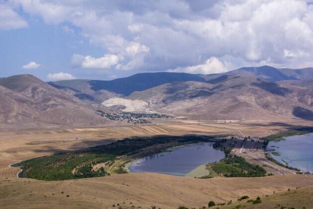 vyhled z hory adatapa na malou vesnici a jezero sevan