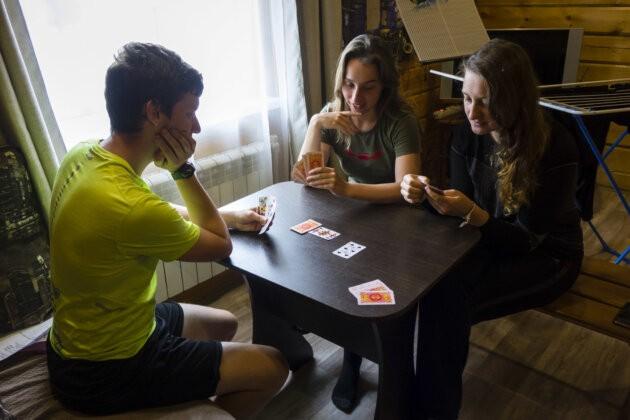 lide hrajici karty