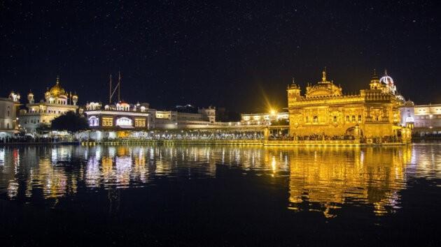 Golden Temple Amritsar v Noci posvatne jezero a rozzareny chram