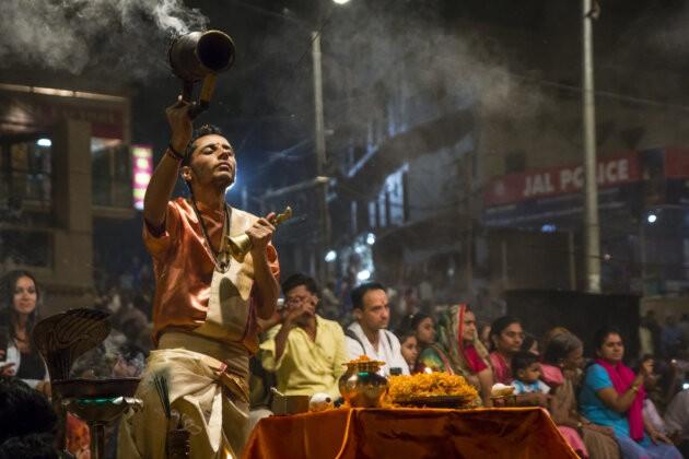 mnich konajici vecerni Obrad pro reku ganga ve Varanasi