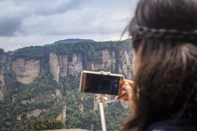 zena fotici na smartphone krasnou prirodu