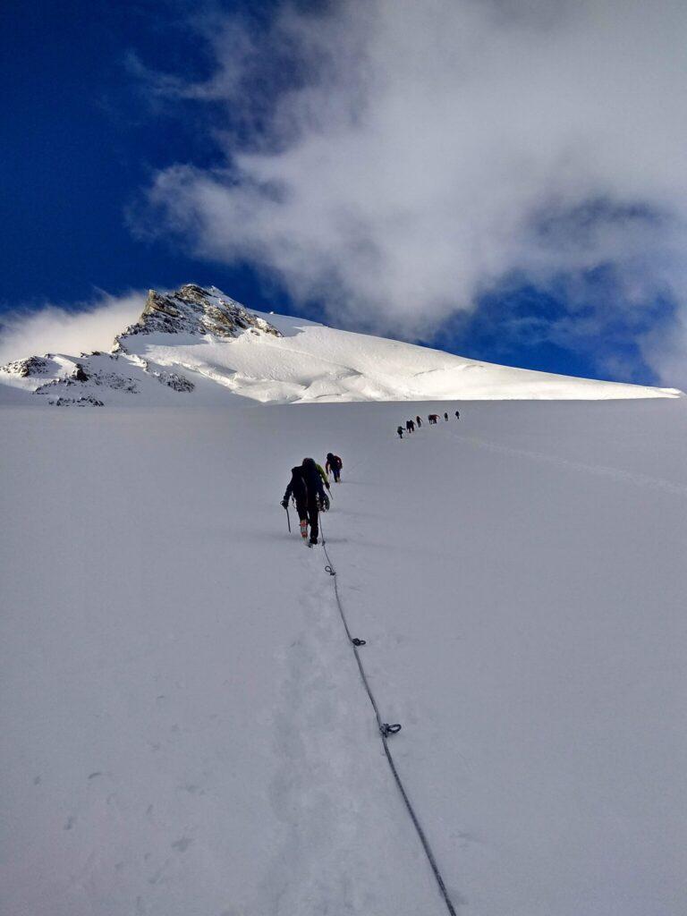 skupina lidi na lane na ledovci