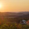 Zapad Slunce Za Brnem vesnicka a siluety hor
