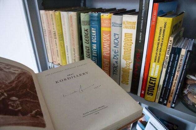 Cestopisy hanzelka a zikmund v knihovně