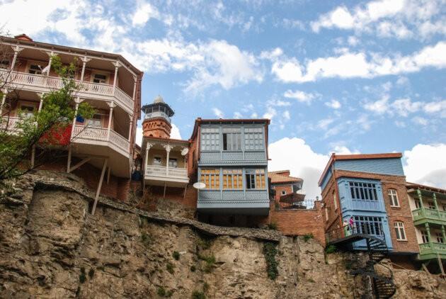barevne domky na skale ve Tbilisi