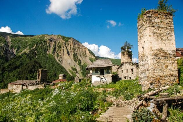 zdene stavby ve vsi gruzie hory