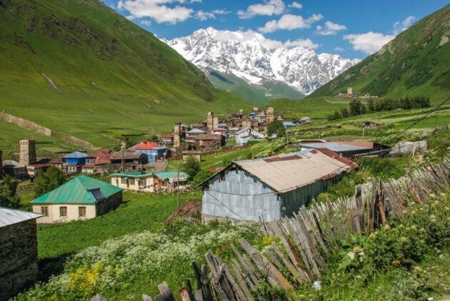 typicka gruzinska vesnice Ušguli výhled na zasnezenou horu Šcharu zelene horske udoli