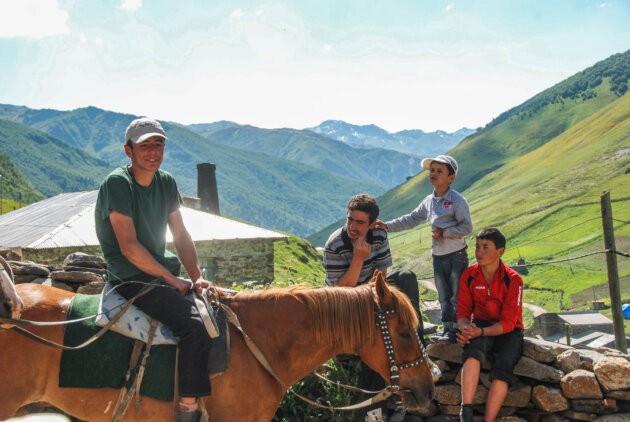 mladi gruzinci v horach na koni