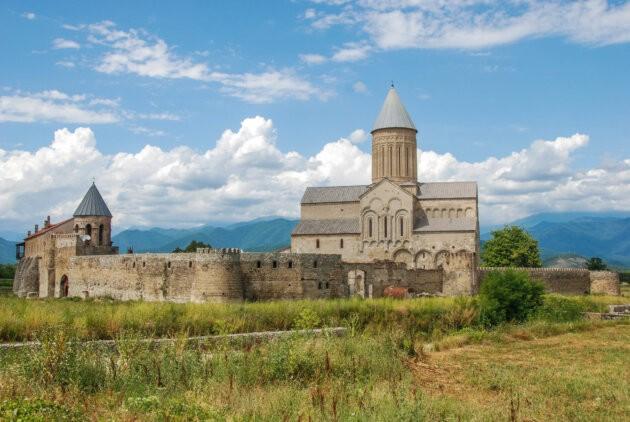 kostel s hradbami gruzie modra obloha