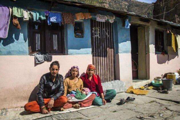 indove tri lide pred domem horska vesnice