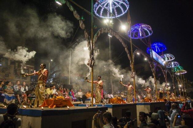 ceremonial pro bohyni gangu na ghatu ve varanasi mnisi kour