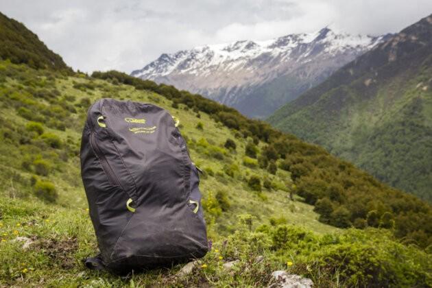 naplněný lehký batoh Lowe Alpine Stuff It 22 v horách