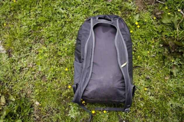 lehky batoh Lowe Alpine Stuff It 22 Zada a popruhy