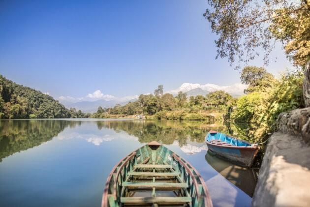 lode na rece v Nepalu