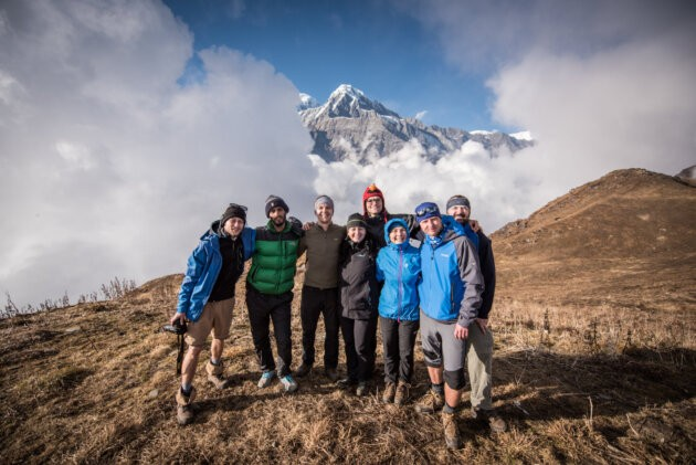 skupina lidi v nepalskych horach mlha