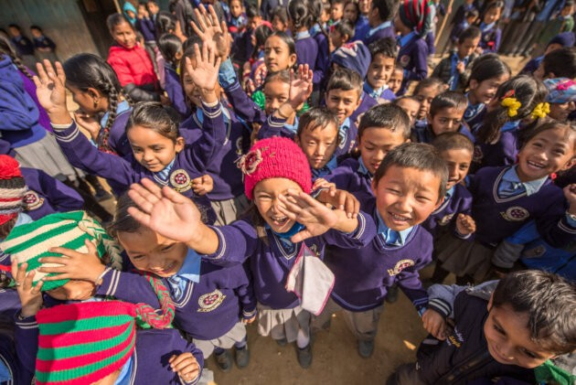 zdravici nepalsti skolaci v modre uniforme