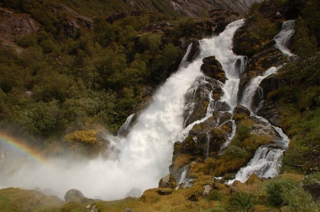 vodopad s duhou a lesem kolem norsko