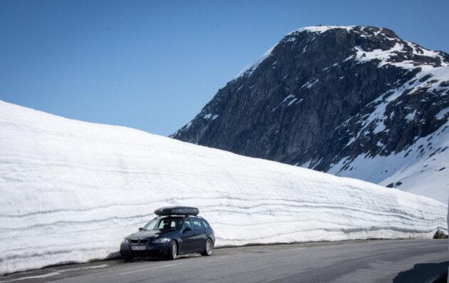 auto na ceste v norsku snih kolem