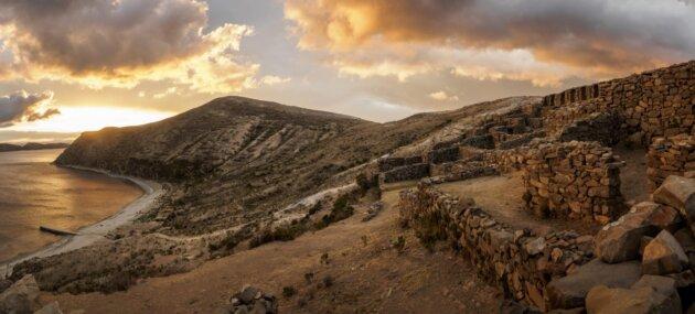 Peru Zricenina na skale nad jezerem titicaca