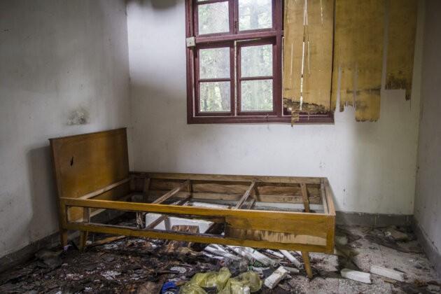 rozbita postel v dome
