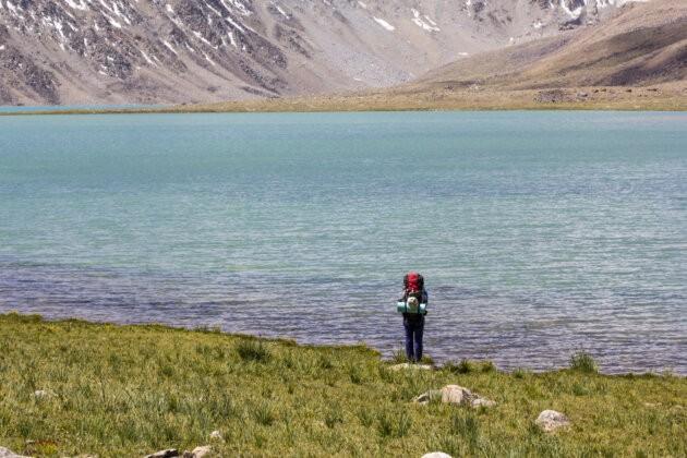 sama divka u jezera